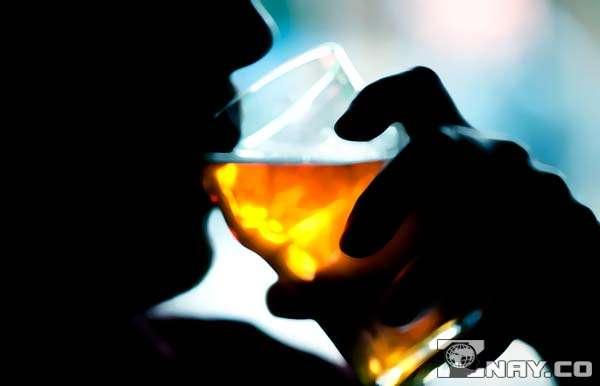 Пьет желтый алкоголь